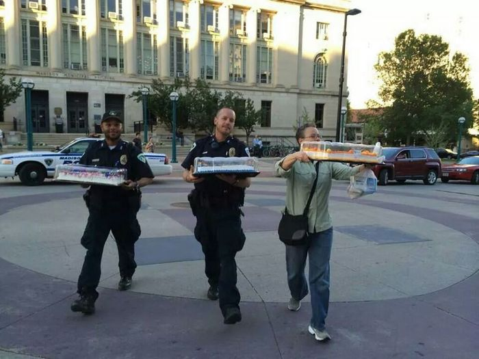 cops-deliver-cake-like-a-boss