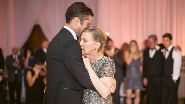 dying-mom-dances-with-son-at-his-wedding