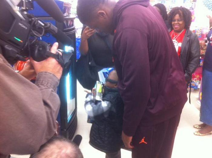 andre-johnson-holiday-shopping-spree-for-kids-04